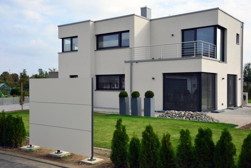 BLICKFANG – Design Sichtschutz und modernes Flachdachhaus in Unterspiesheim