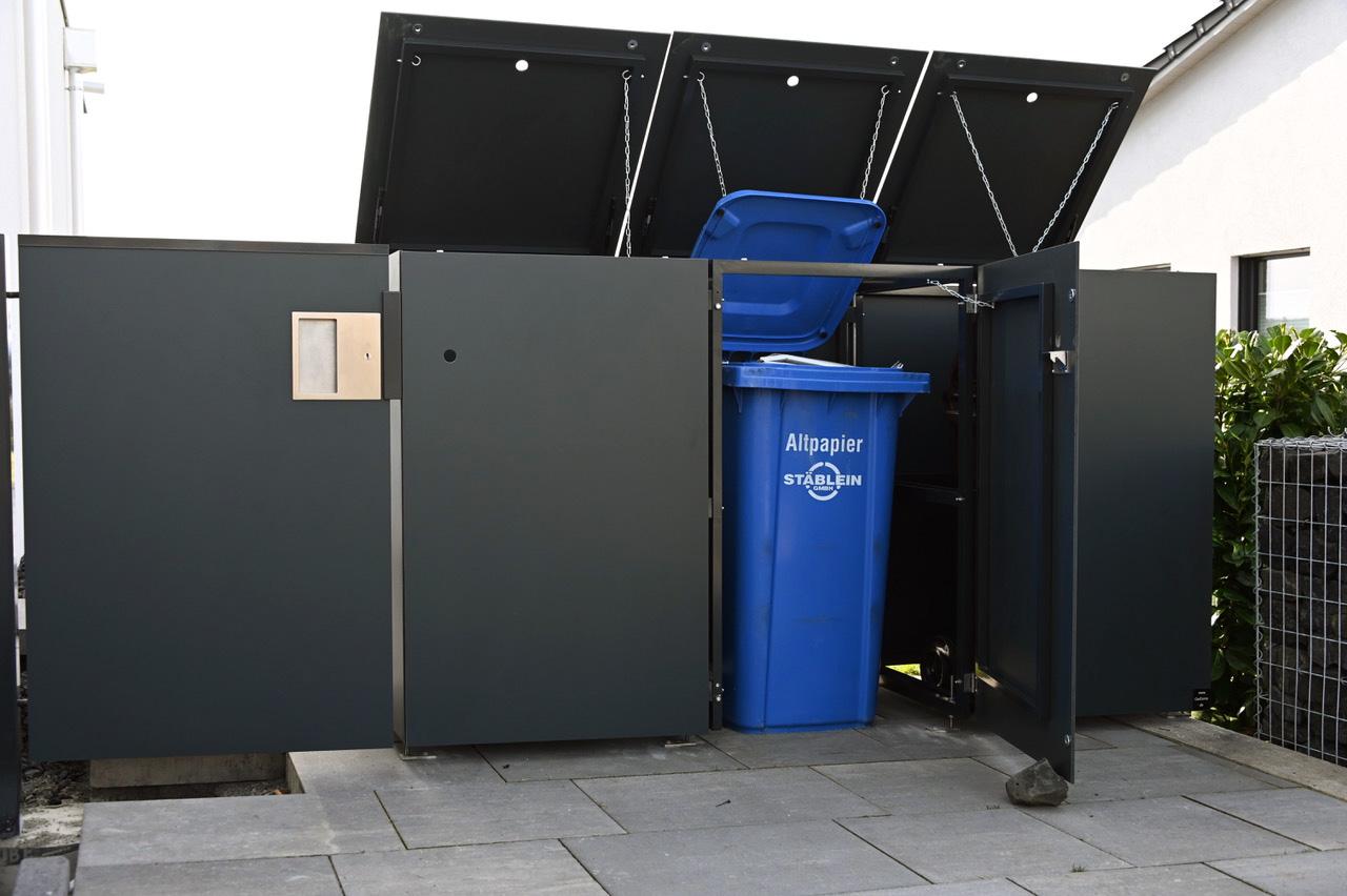 Trio aus Design Mülltonnenboxen garniert mit einem Gartentor in Erfurt