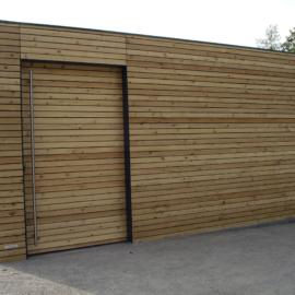 Lamellenfassade in Kombination mit TRESPA®️- ein sehr edles CUBE - Design Gartenhaus an der Elbe
