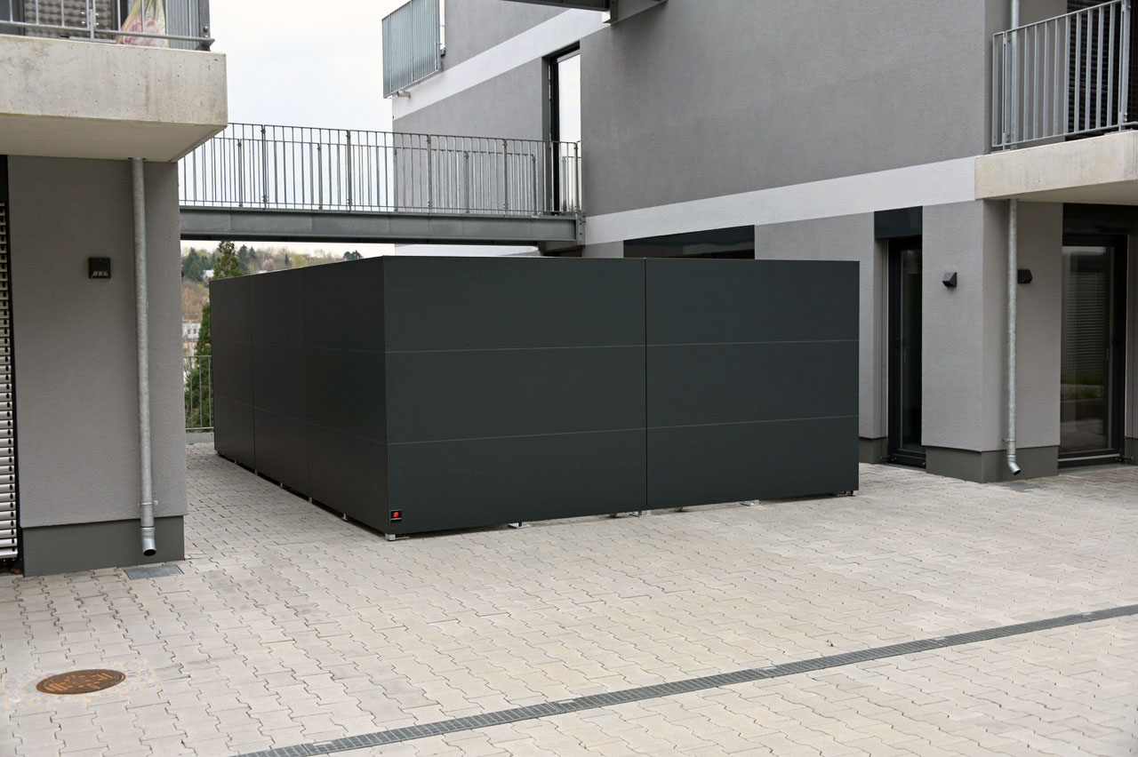 BLICKFANG – Design Sichtschutz umrandet Mülltonnen / Container Depot in Würzburg