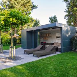 Exklusives CUBE Design Garten- und Poolhaus in München erfüllt alle Wünsche