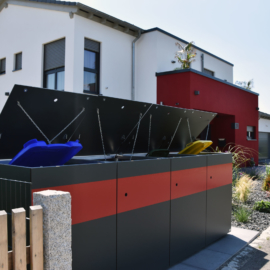Zweifarbige MÜTO - Design Mülltonnenbox Ton in Ton mit Einfamilienhaus in Schrobenhausen