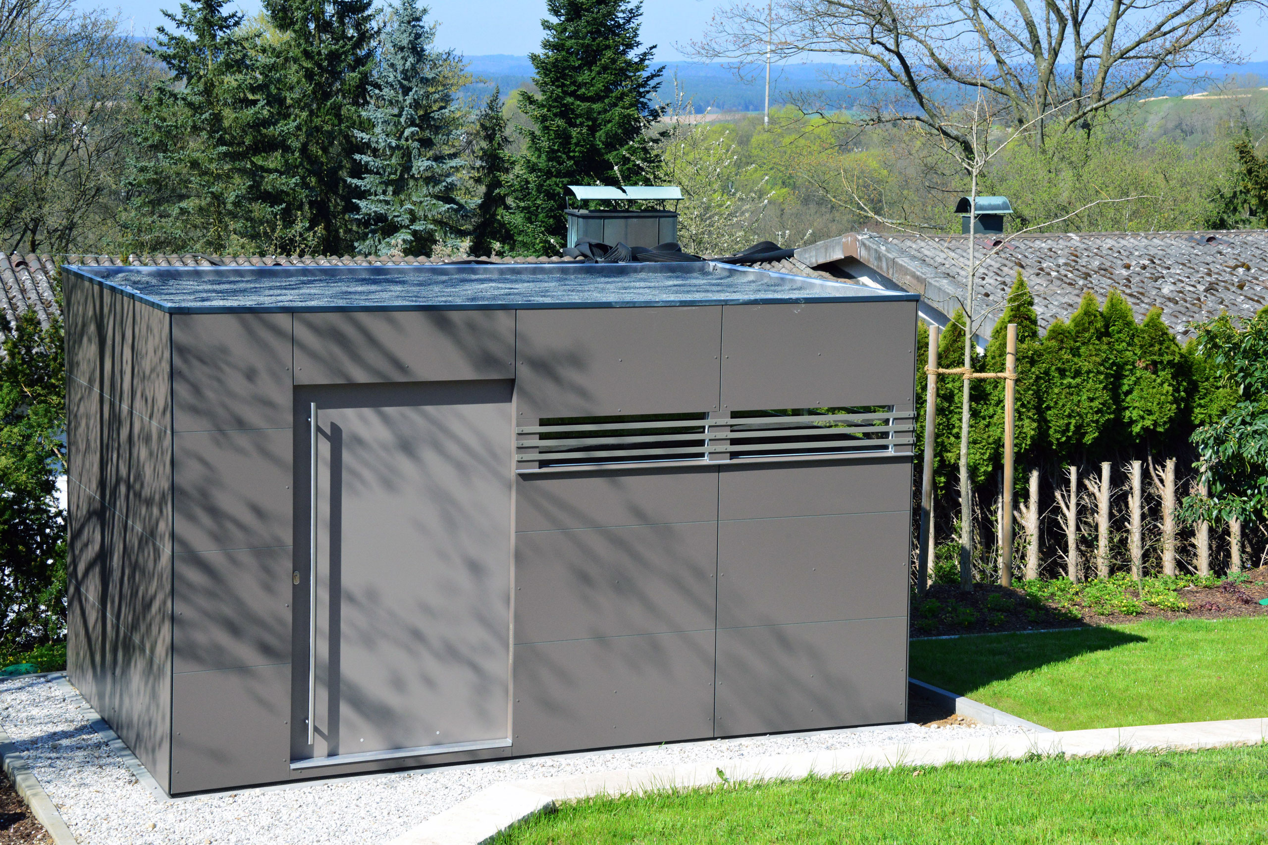 CUBE – Design Gartenhaus mit großen TRESPA®️ Paneelen in Amberg